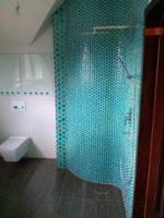 wykonczona-lazienka-z-zielona-kabina-prysznicowa
