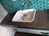 wykonczona-lazienka-blat-z-umywalka