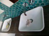 wykonczona-lazienka-blat-z-umywalkami
